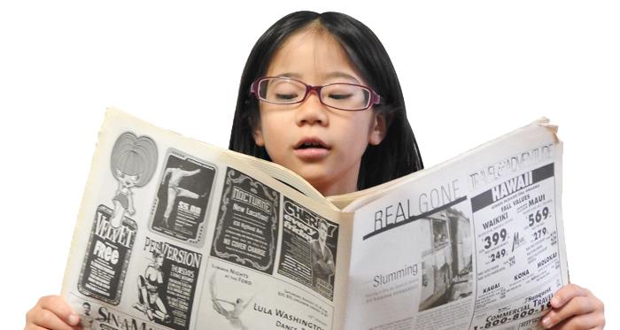 英字新聞を読むバイリンガルの女の子