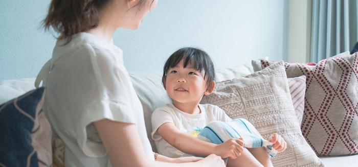 母親と日本語で話す子ども