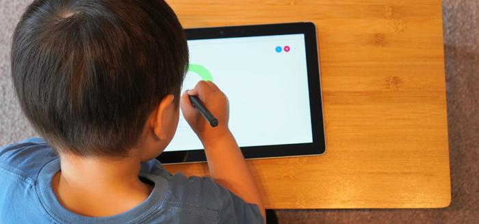 通信教育で学ぶ男の子のイメージ