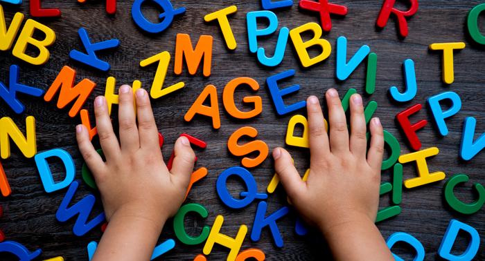 英語に親しむ子どもの手