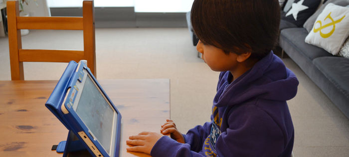 英語の通信教育教材と向き合う子ども